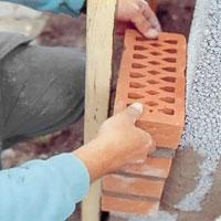Mura med mursten och lecablock till första valvstenen.