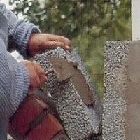Lägg murbruk på blockets ena långsida