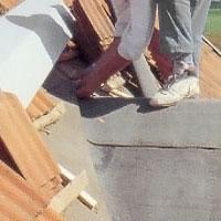 Se till att den nya takpappen kommer in under den gamla pappen