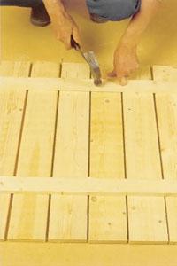 De övre reglarna spikas mot väggbrädornas utsida.