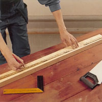 På en grind med stående spjälor är grindbredden lika med längden på de vågräta reglarna.