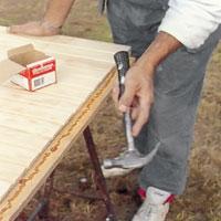 Använd hammaren och slå försiktigt in regeln i dörrens underkant.