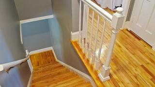 Trapprenovering – Ta bort en gammal matta i en trätrappa