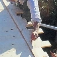 Rita en linje från nocken längs varje takhalva när takbrädorna sitter på plats