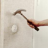 Ta reda på om det finns rör eller elledningar i väggen.