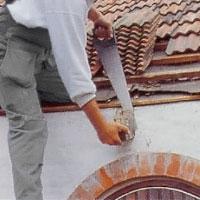 Såga av de utskjutande ändarna på takstolar