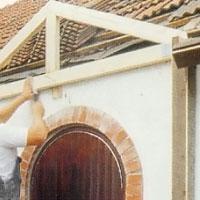 Sätt upp takstolen i stolparna mot den befintliga fasaden