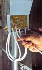 Skruva fast kablarna med skruvmejsel