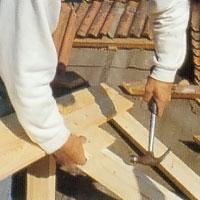 När du slår in takbrädorna i sponten bör du slå mot en spillbit av samma virke