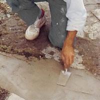 Släta ut betongen med en murslev