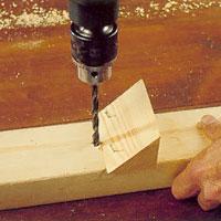 Sneda hål kan borras med en mall som stöd.