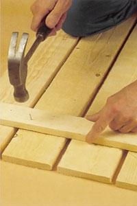 Spika bottenreglarna på väggbrädornas insida