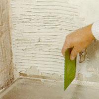 Håll spackeln vinkelrätt mot väggen