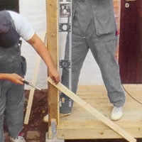 Ställ med vattenpassets hjälp stolparna i lod