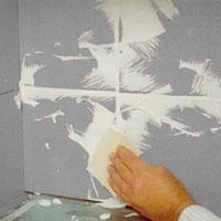 Stryk ut fogmassan i sicksackmönster med gummispackel