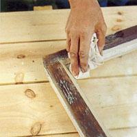 Torka bort kittrester på fönsterbågen med en trassa och lite terpentin