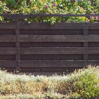 Trästaket med liggande brädor kan ge ett bra insynsskydd