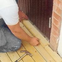 Sannolikt måste du göra uttag för dörrkarmen i brädan längst in mot husfasaden.