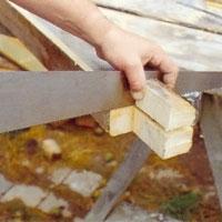 Gör uttag i stolparna för översyll och bärlinor