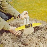 Sätt ner cementplinten rakt i hålet