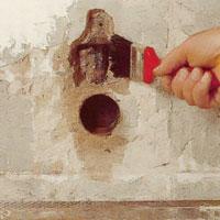 Skador eller ojämnheter i väggen måste vattnas innan reparation