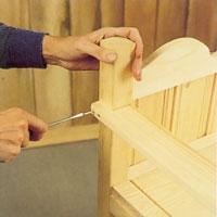 Armstödets bakre del skruvar du fast från sidan i de bakre stolparna.