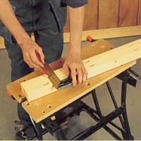 Gör urtag för ryggstödet i bakre stolparna