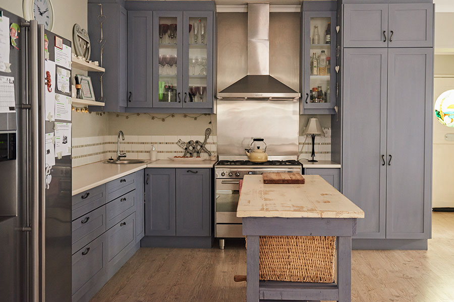 Kök i lantlig stil med blå kulör