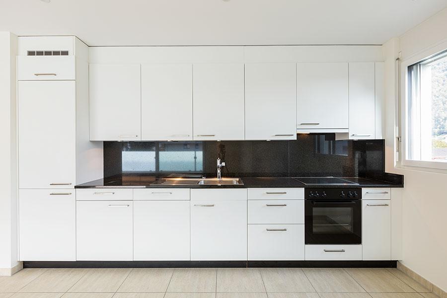 Modernt kök med svart bänkskiva