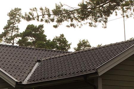Profilerad plåt som är utformad som en vågformad takpanna