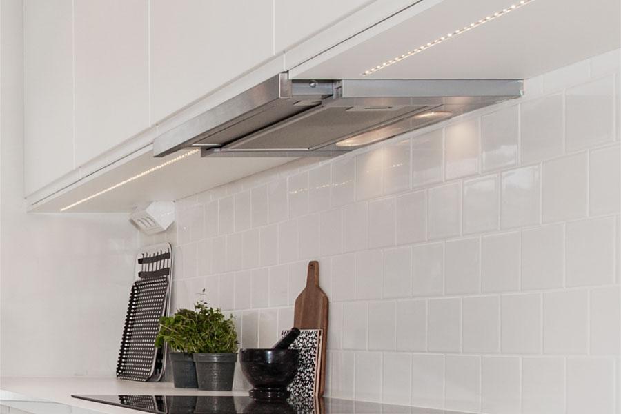 Underhängd köksfläkt kallas även inbyggnadsfläkt som hänger under köksskåpet