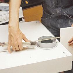 Fläns för ventilationsslan som skall fästas i köksfläkten