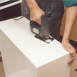 Hål för ventilationsslang som kapas upp med sticksåg