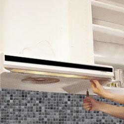Köksfläkten sätts på plats under köksskåpet