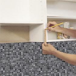 Köksskåpet för köksfläkten sätts upp provisoriskt