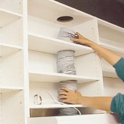 Uttag för ventilationsslang i hyllplan