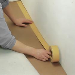 Gnider fast den dubbelhäftande tejpen intill väggarna