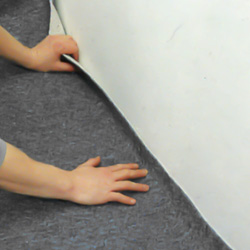 Trycker till heltäckningsmattan mot väggen