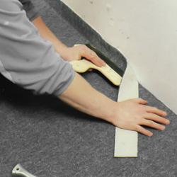 Trycker med spackel mot väggens hörn
