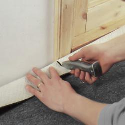 Skär snitt vid varje sida av dörrfoder