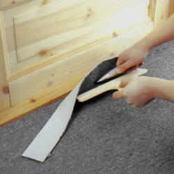 Renskär mattan med mattkniv mot spackeln