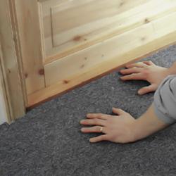 Pressar mattan mot tejpen vid tröskel