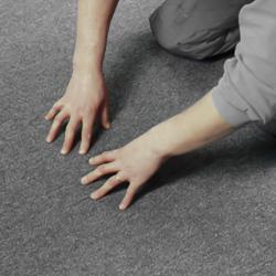 Kontrollerar skarvningen mellan mattorna