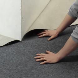 Pressar mattan mot det utgående hörnet och snittar med mattkniven