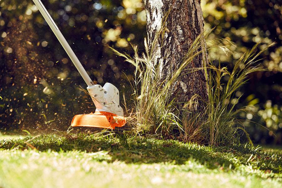 Batteridriven trädgårdsmaskiner som trimmar gräs
