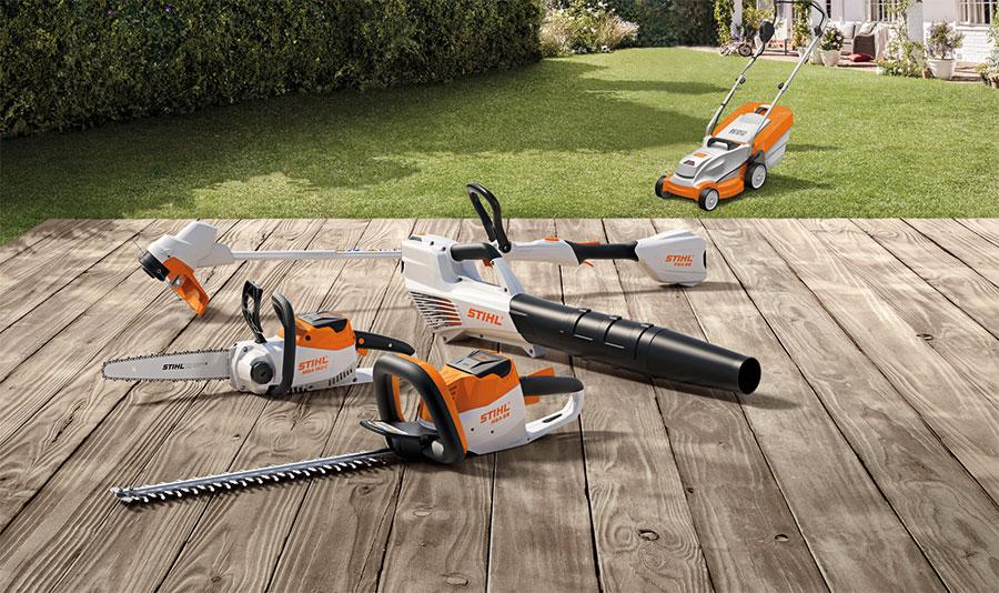 fem olika batteridrivna trädgårdsmaskiner