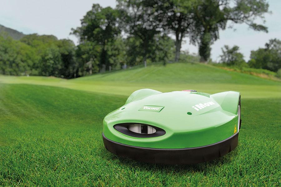 Robotgräsklippare som klipper gräsmatta