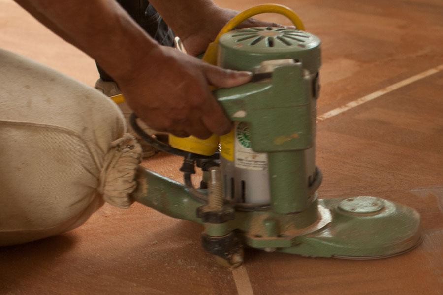 Slipar träreparation i golvet
