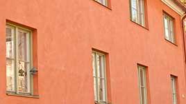 Fasadputs med kalkfärg i terracotta