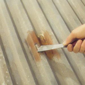 Använd en stålspackel och skrapa bort den smuts som kan sitta vid falsar och kanter